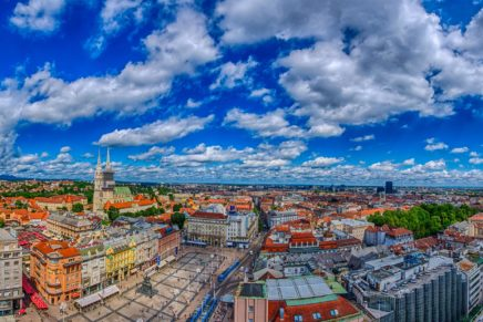 Preuzimanje startnih brojeva uz pogled na Zagreb
